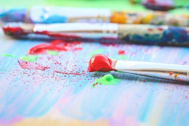 Closeup de pincéis em fundo colorido