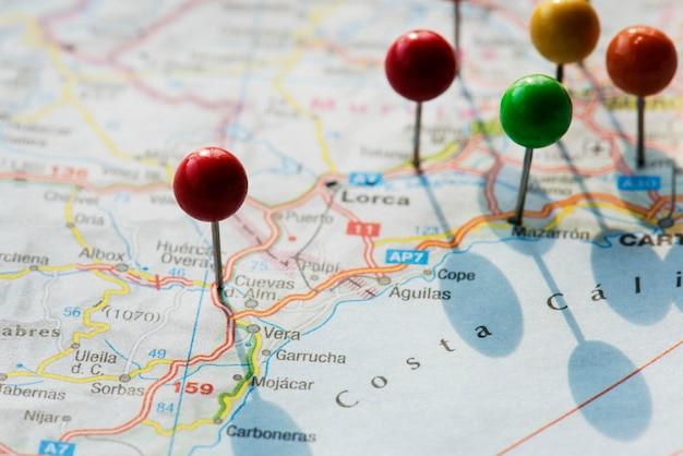 Closeup de pinos no mapa planejando viagem viagem