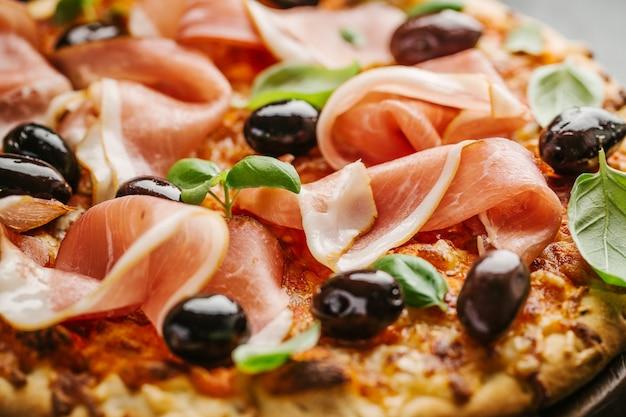 Closeup de pizza italiana na mesa de madeira