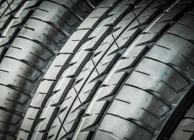 Closeup de pneus de carro novo, fundo de pneu e texturizado