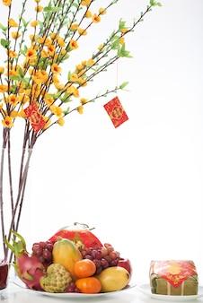 Closeup de prato de frutas, servido para o jantar tet
