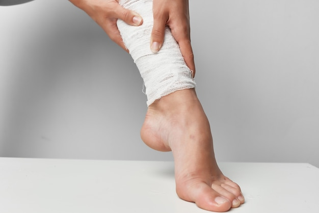 Closeup de problemas de saúde de traumatologia de perna enfaixada