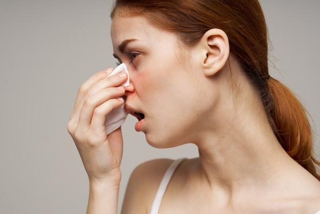 Closeup de problemas de saúde de vírus de infecção de gripe feminina