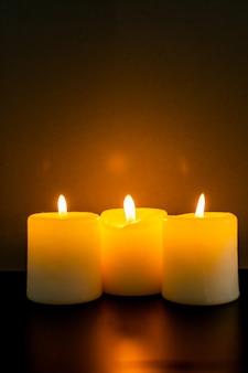 Closeup de queimar velas na escuridão
