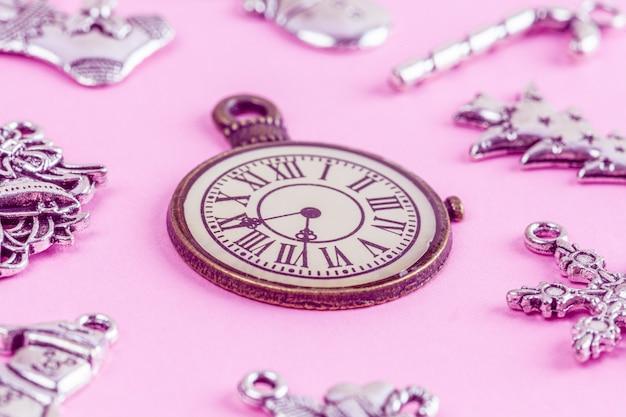 Closeup de relógio vintage e decorações de natal