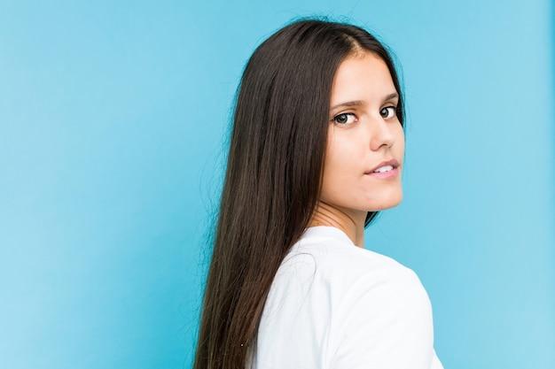 Closeup de rosto de jovem caucasiana isolado em uma parede azul