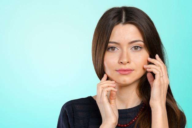 Closeup de rosto de mulher jovem e bonita
