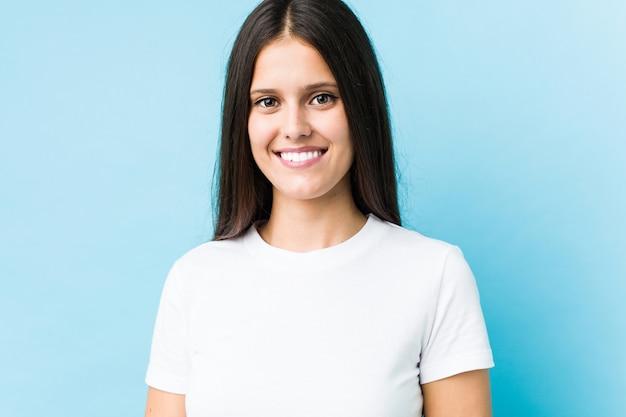 Closeup de rosto jovem caucasiano isolado em uma parede azul