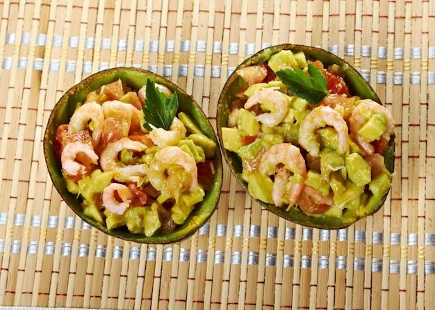 Closeup de salada de abacate e camarão