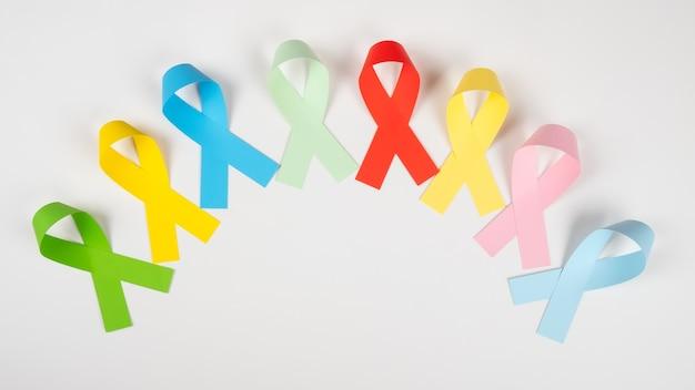 Closeup de símbolo de fitas de consciência multicoloridos em branco.