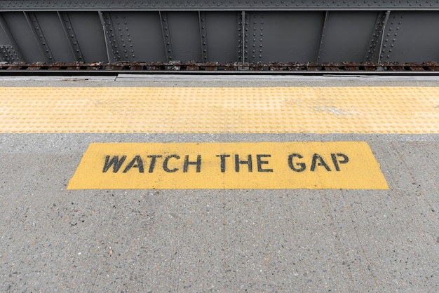Closeup de sinal de aviso de estação de metro