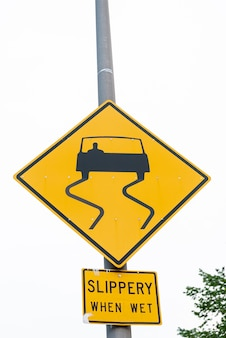 Closeup de sinal de rua escorregadio