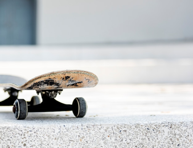 Closeup, de, skateboard, ligado, chão branco