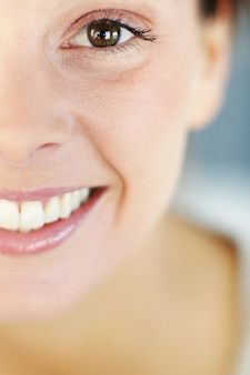 Closeup de sorriso de mulher bonita