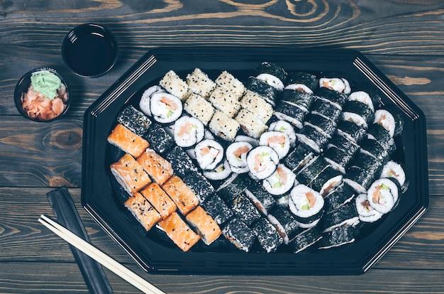 Closeup de sushi fresco na mesa de madeira rústica