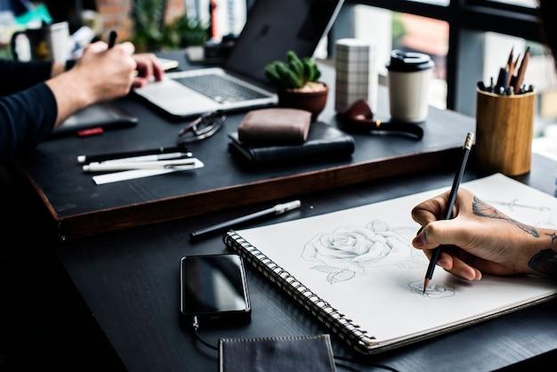 Closeup, de, tattooed, mão, com, desenho, artwork
