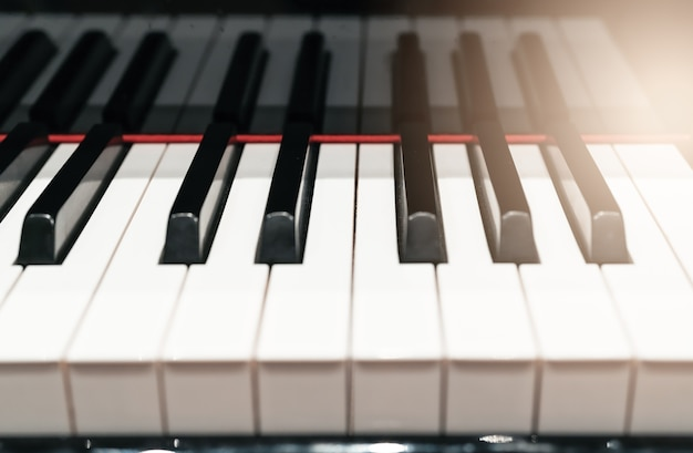 Closeup de teclado de piano clássico com luz quente e foco seletivo, conceito de instrumentos de música