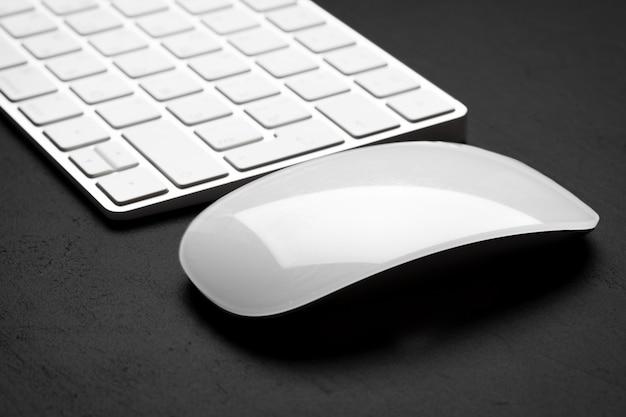 Closeup, de, teclado, e, rato, ligado, cinzento