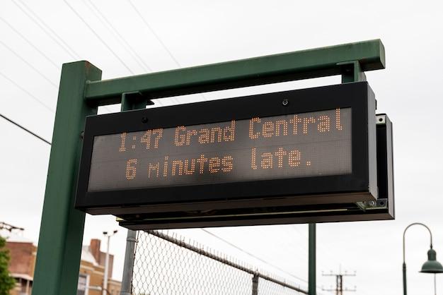 Closeup de tela de estação de ônibus