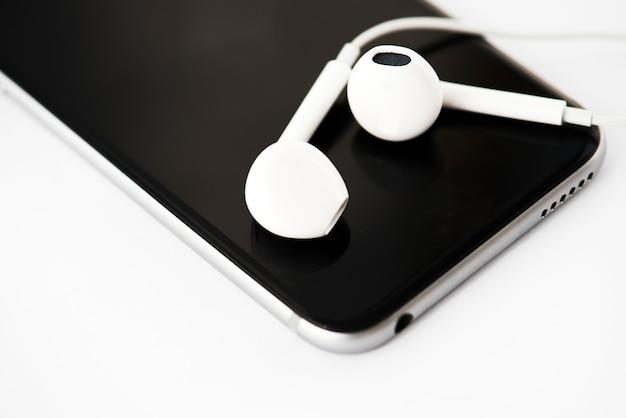 Closeup, de, telefone móvel, com, fones ouvido