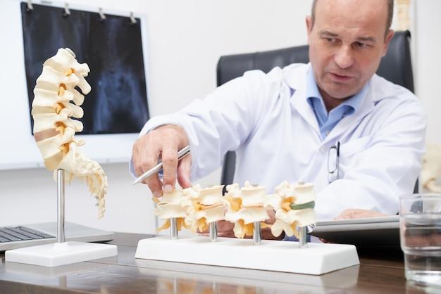 Closeup de terapeuta, explicando os sintomas da artrite