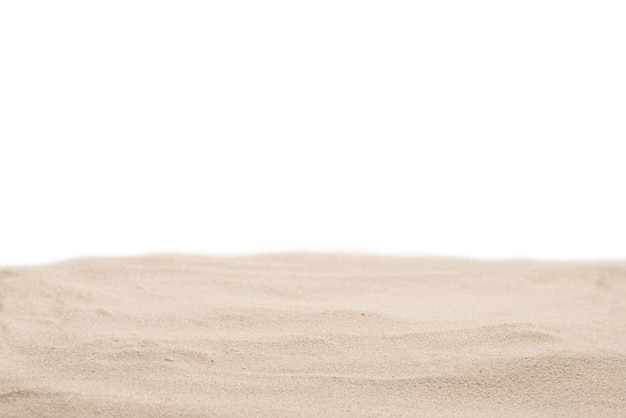 Closeup de textura de areia. areia isolada no branco.