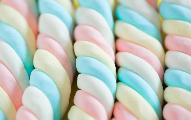 Closeup, de, torcido, marshmallow, fundo