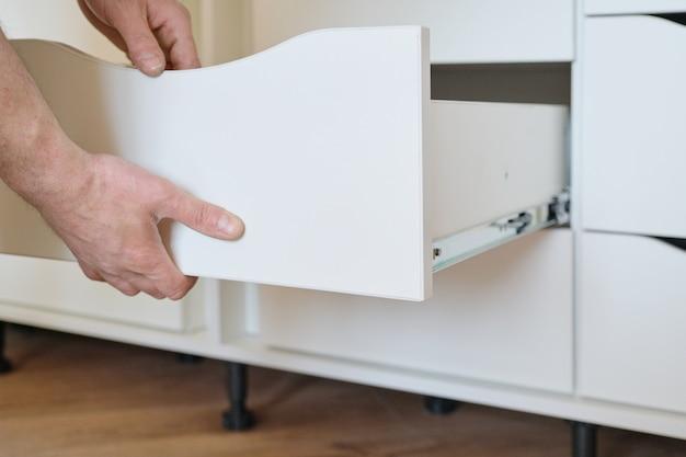 Closeup de trabalhadores mão e detalhes de móveis
