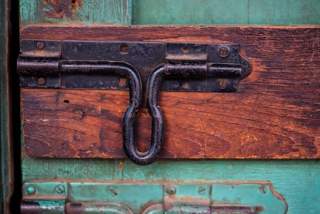 Closeup, de, trinco, porta, olhar, ligado, porta madeira