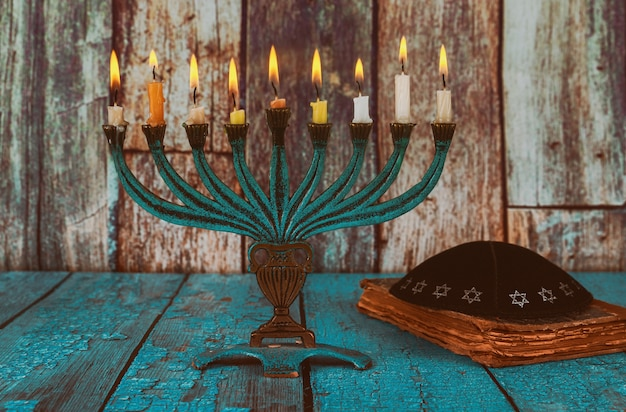 Closeup de um candelabro de chanucá ardente com velas menorah