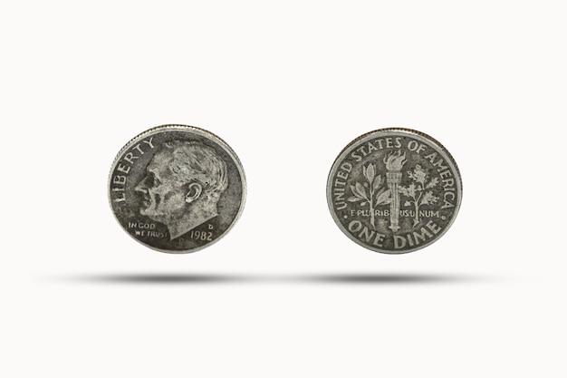 Closeup de uma moeda de dez centavos com sombra no fundo branco