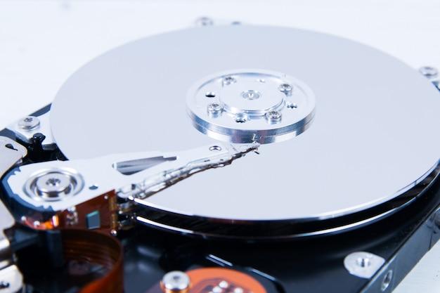 Closeup de unidade de disco rígido (hdd) de computador aberto