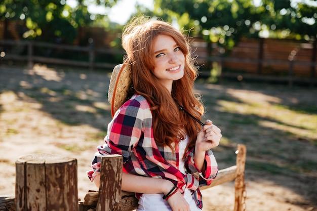 Closeup de vaqueira alegre linda jovem no rancho