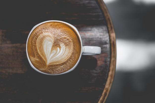 Closeup de xícaras de café, mulheres tomando café em uma cafeteria vista aérea