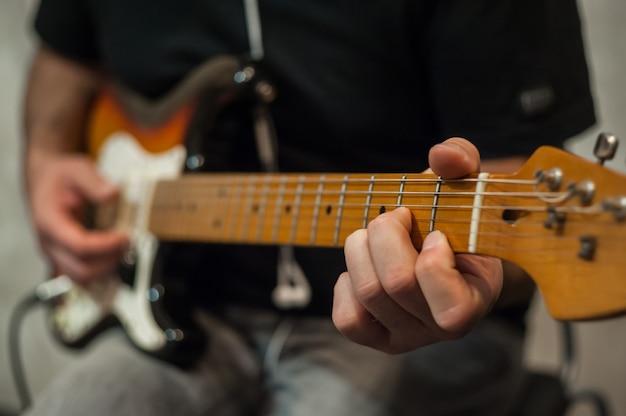 Closeup dedos do guitarrista