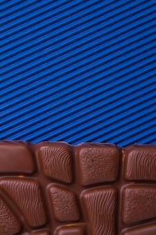 Closeup deliciosa barra de chocolate ao leite e copie o espaço