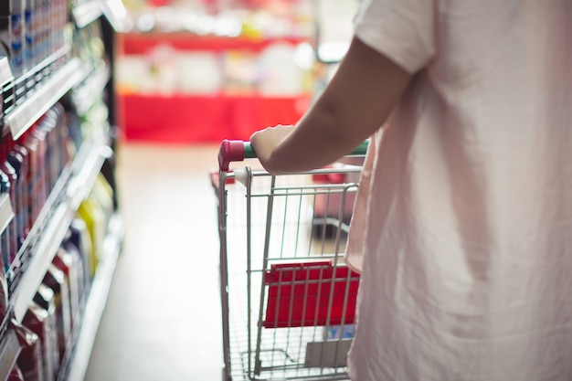 Closeup detalhe de uma mulher às compras em um supermercado