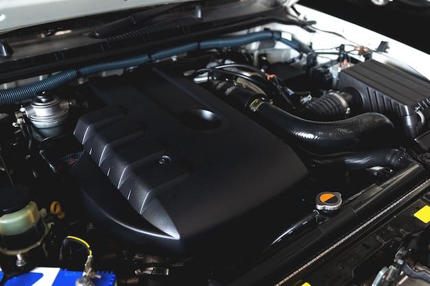 Closeup detalhe do motor de carro novo com foco suave e sobre a luz no fundo