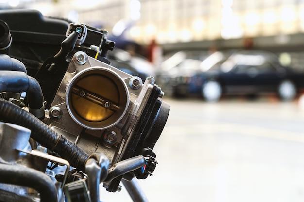 Closeup detalhe do motor do carro com foco suave e sobre a luz no fundo