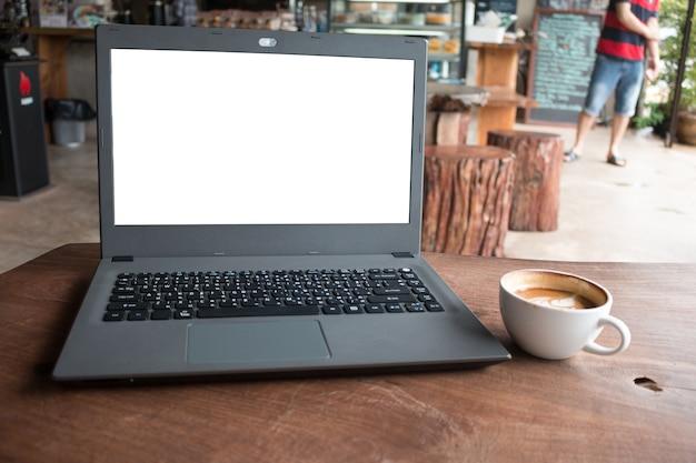 Closeup do computador de laboratório com exibição em branco no conceito de cafeteria imege feito publicitar produto