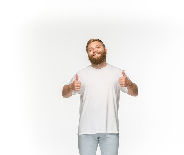 Closeup do corpo do jovem em t-shirt branca vazia isolada no branco