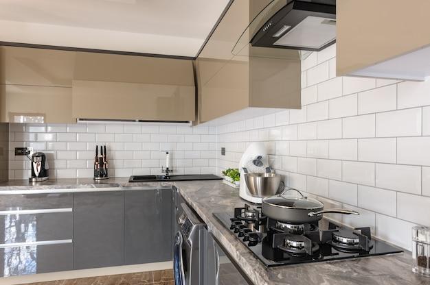 Closeup do interior da cozinha moderna branca, bege e cinza de luxo