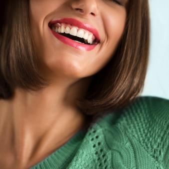 Closeup do sorriso perfeito da mulher. conceito de cuidados dentários