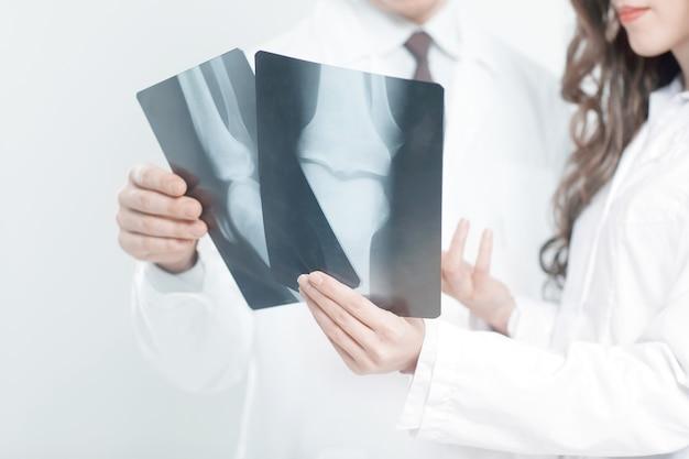 Closeup.doctors são diagnosticadores que discutem a radiografia do paciente