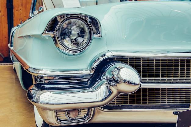 Closeup dos faróis e pára-choques dianteiro em automóveis antigos