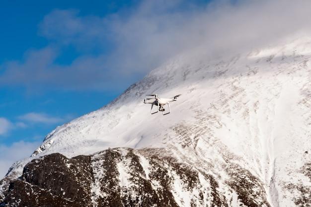 Closeup drone estão voando sobre o fundo de montanha de neve