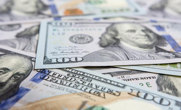 Closeup em notas de cem dólares