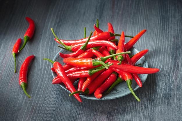 Closeup em red hot chilli peppers sobre a mesa de madeira escura