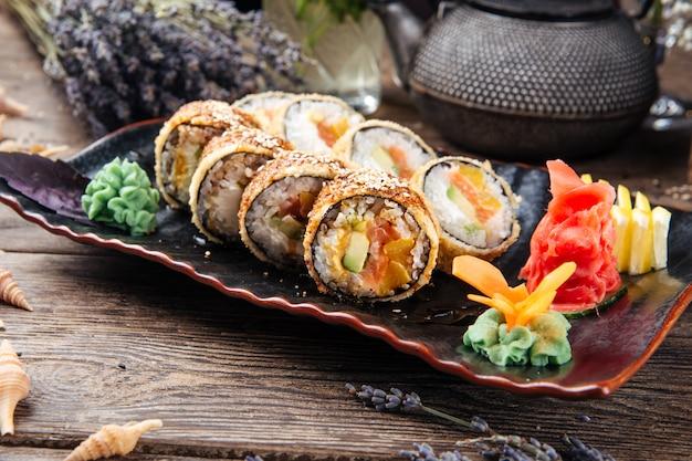 Closeup em rolos de sushi frito com salmão abacate