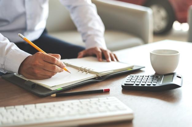Closeup empresário trabalhando no escritório